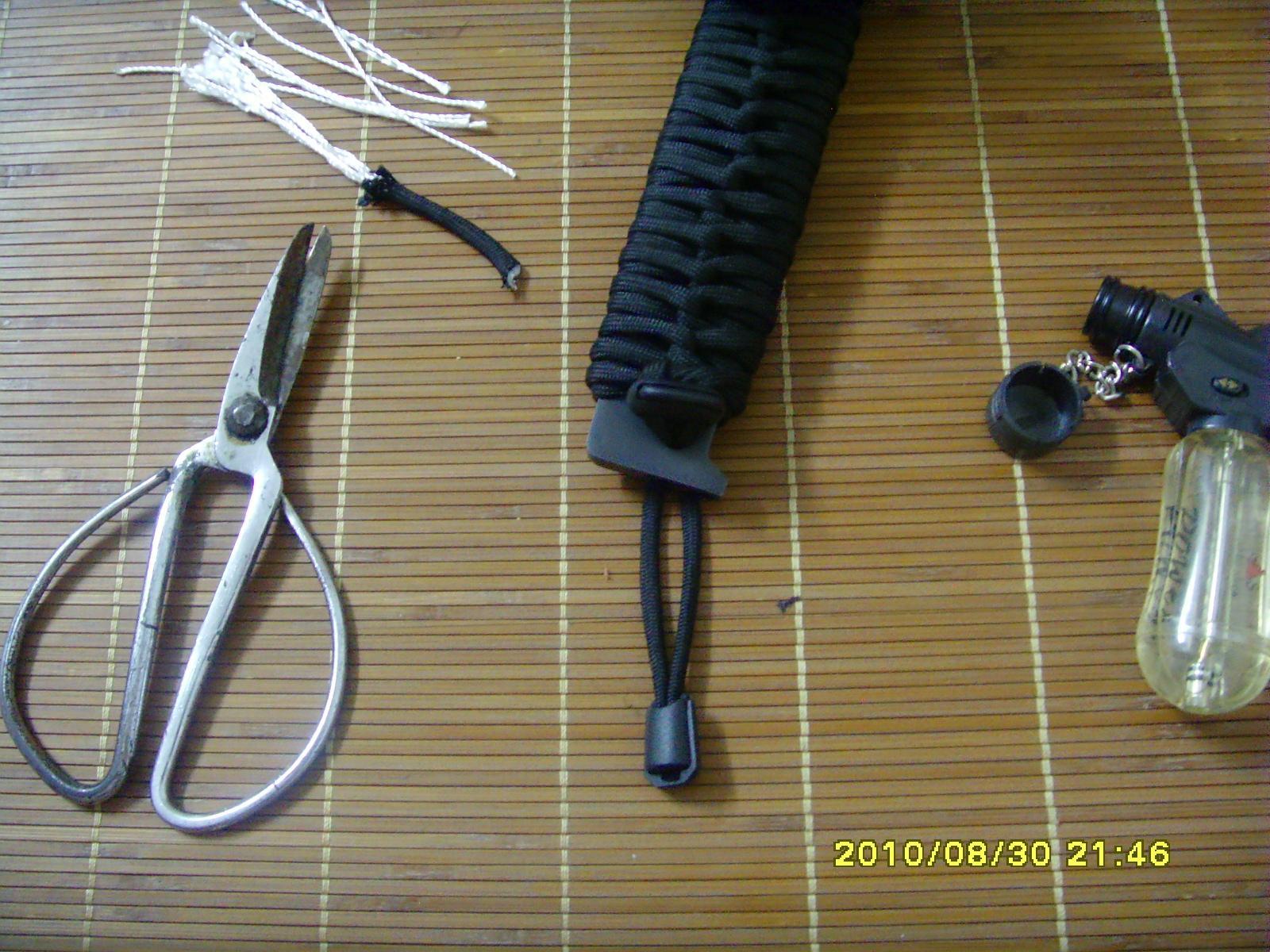 如何用伞绳缠绕刀柄.jpg