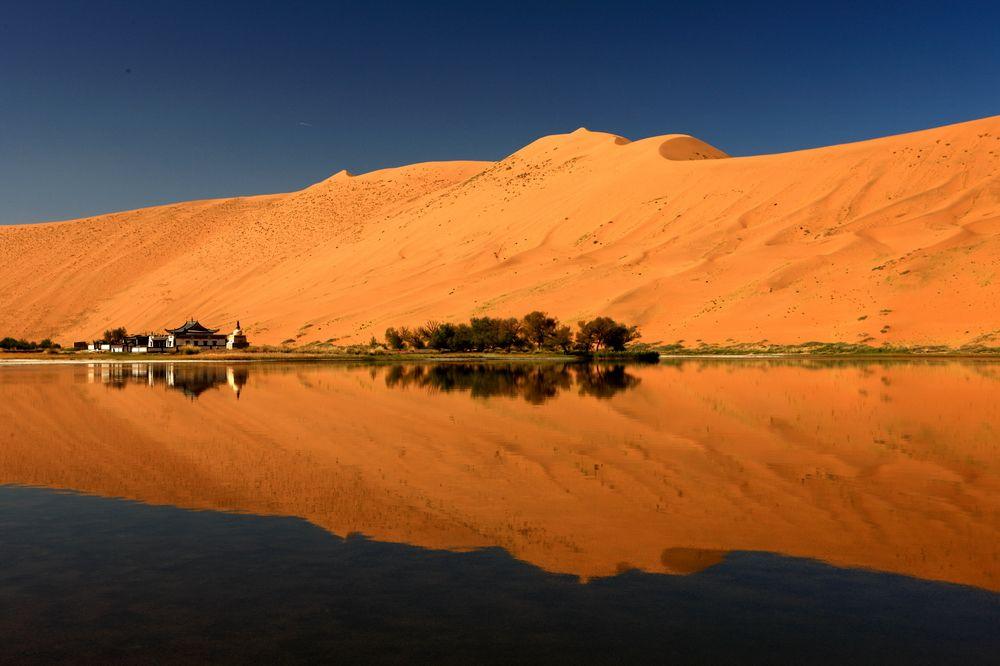 巴丹吉林沙漠腹地(内蒙古)
