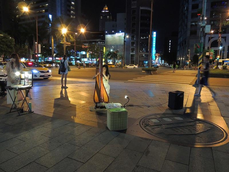 台北街头卖艺