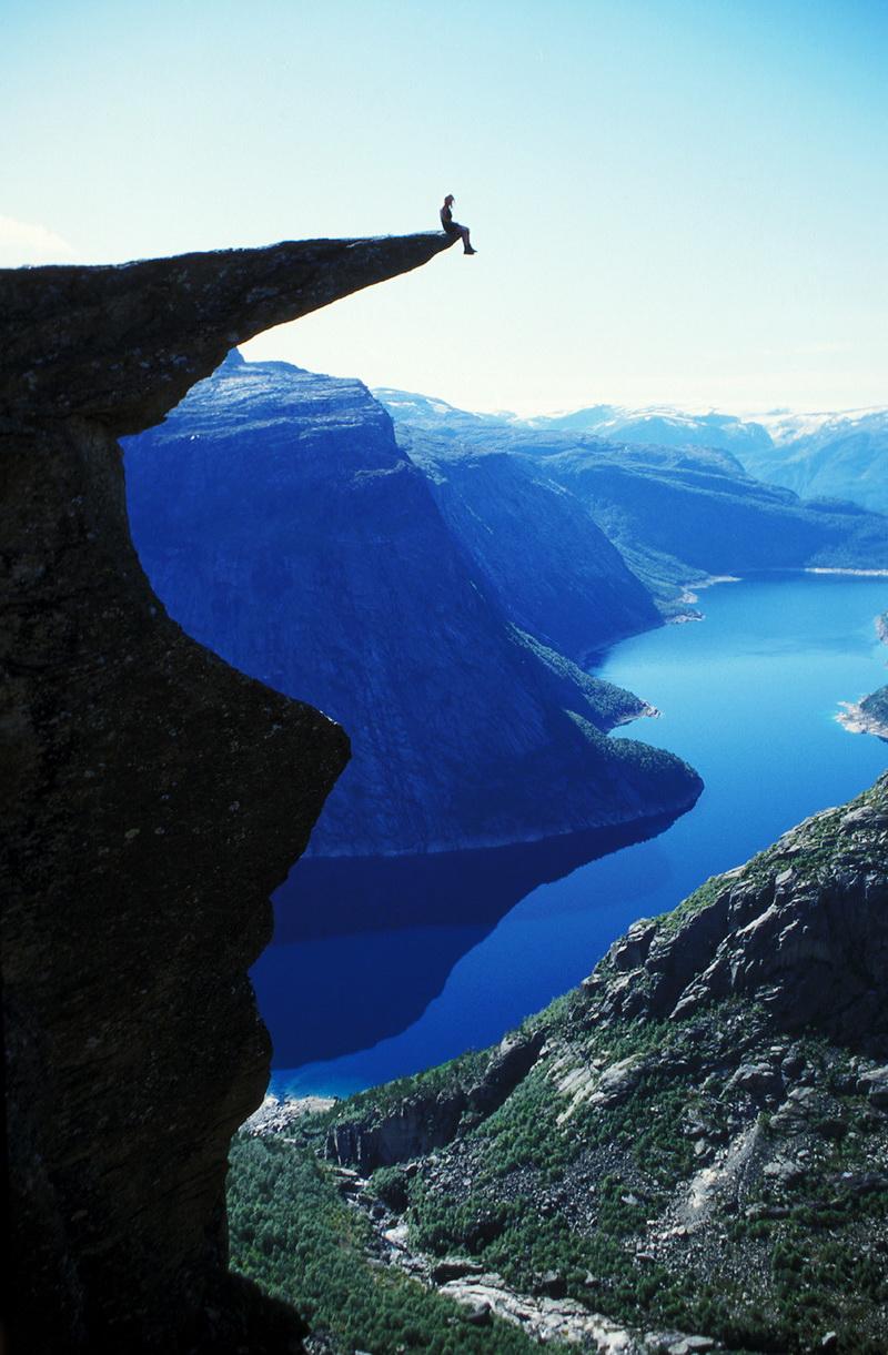 """坐在挪威""""巨魔之舌""""边缘"""