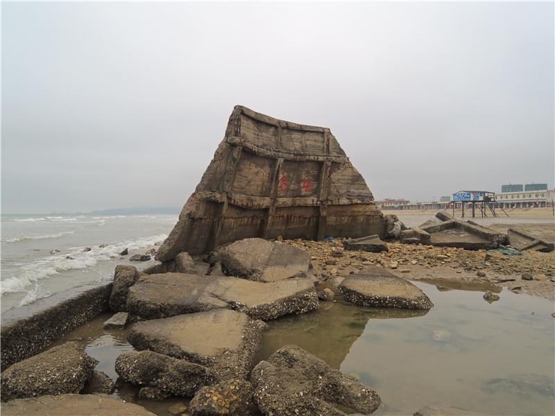 海边废弃的围墙