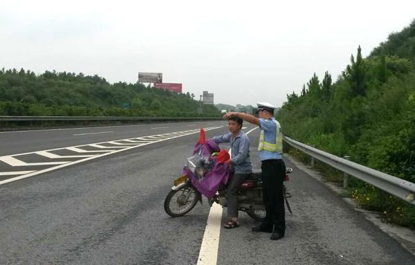 摩托车上高速的那点事 不戴头盔记2分罚200