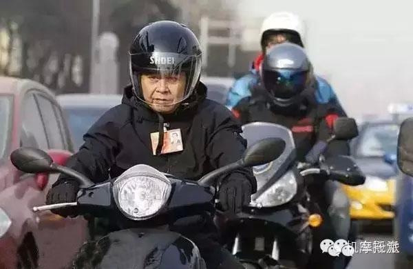 从禁摩城市交警跨上摩托车说去