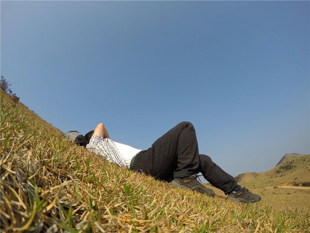 躺在大姆山草场休息