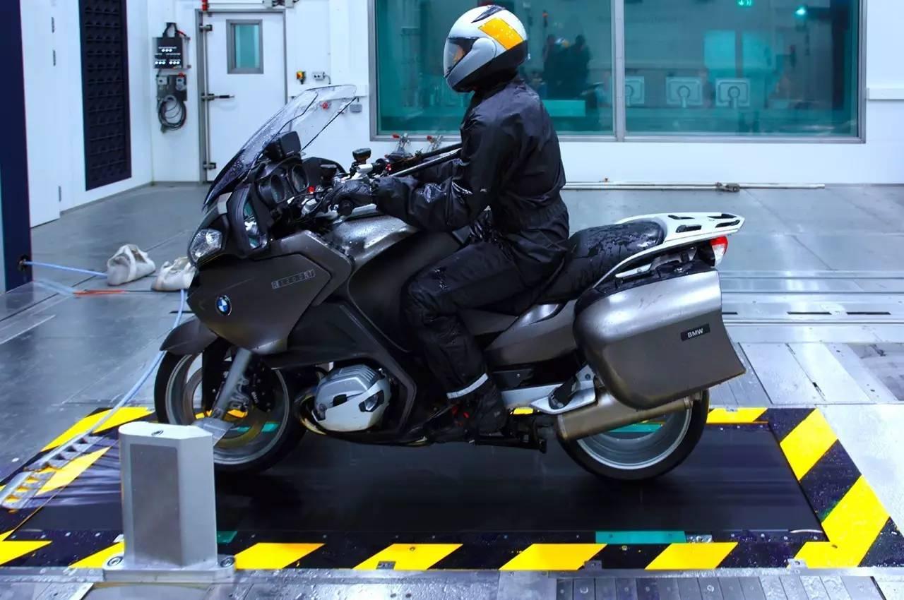 邂逅雨天,BMW摩托车骑士怎样应变?
